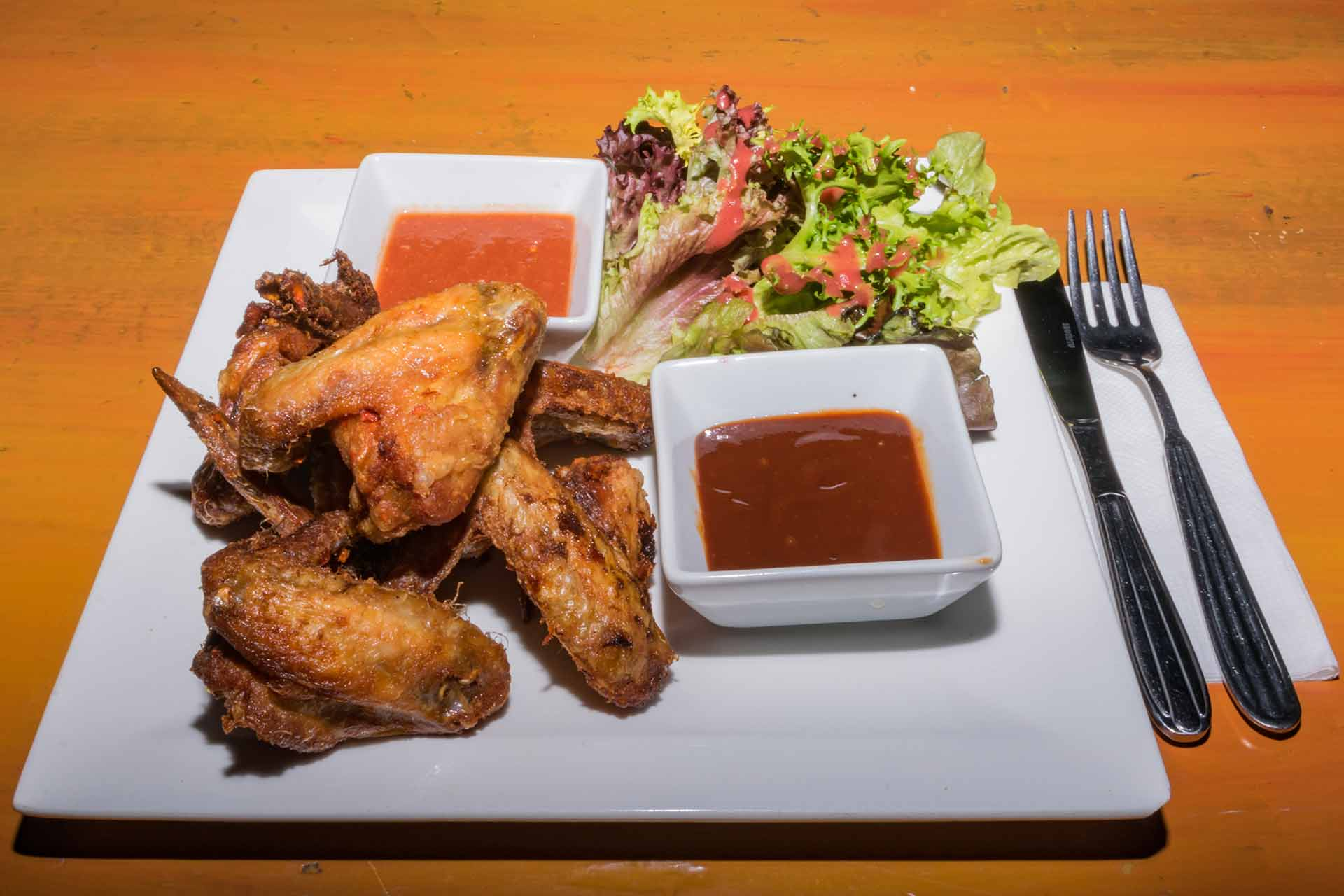 Ropogós csirkeszárnyak 2 féle mártogatóssal és salátával
