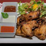 Ropogós csirke szárnyak 3 féle mártogatóssal és salátával