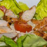 Cézár saláta sült csirkemellel és parmezán forgáccsal