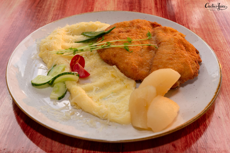 Panko morzsában forgatott csirkesteak, parmezános burgonyapüré és barack befőtt