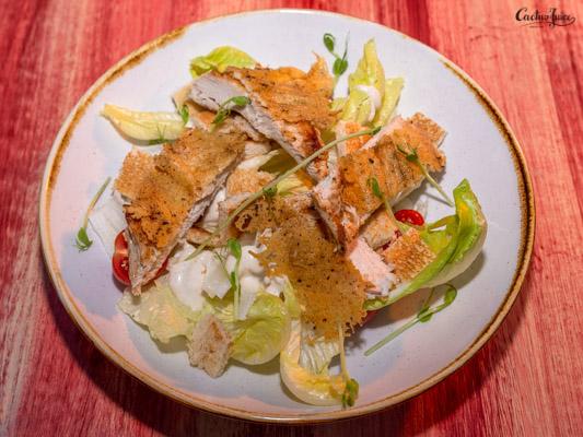 Parmezán kéregben sült csirkemell, rusztikus cézár salátával