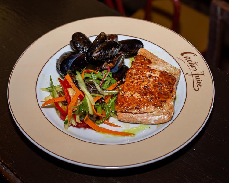 Bőrén sült lazac fekete kagylóval és citrusos kevert salátával