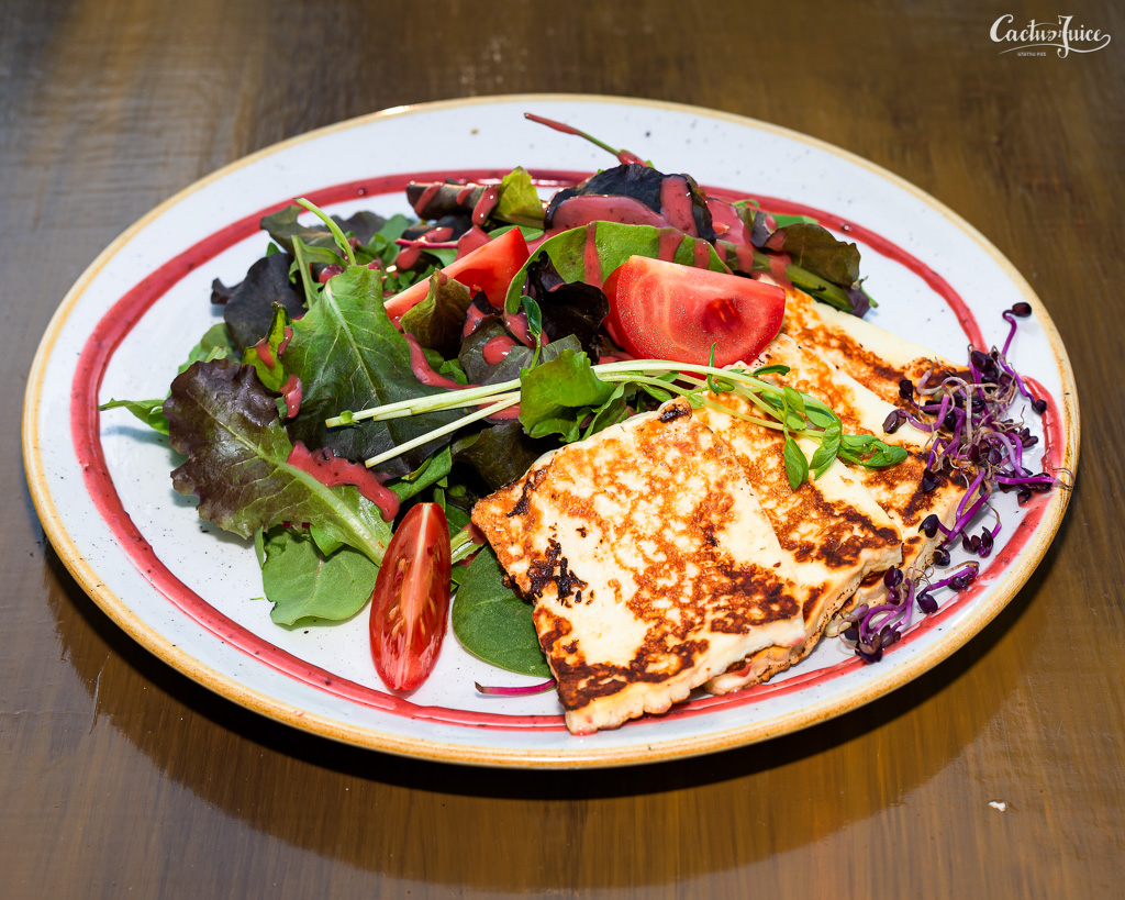 Grillezett sajt kerti salátával
