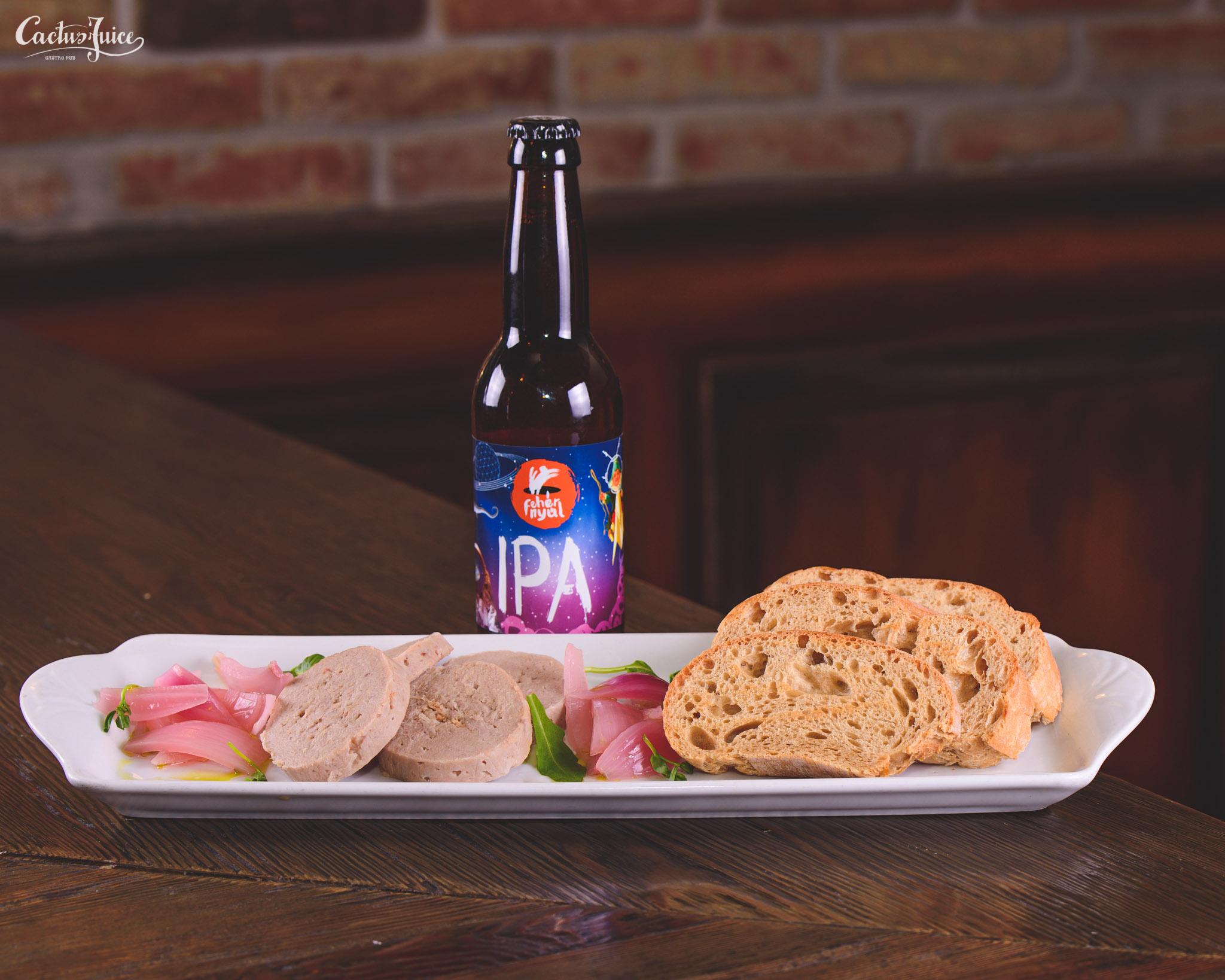 Malac tarja rilett barna sörös kenyér ropogós házi savanyított lila hagymával.