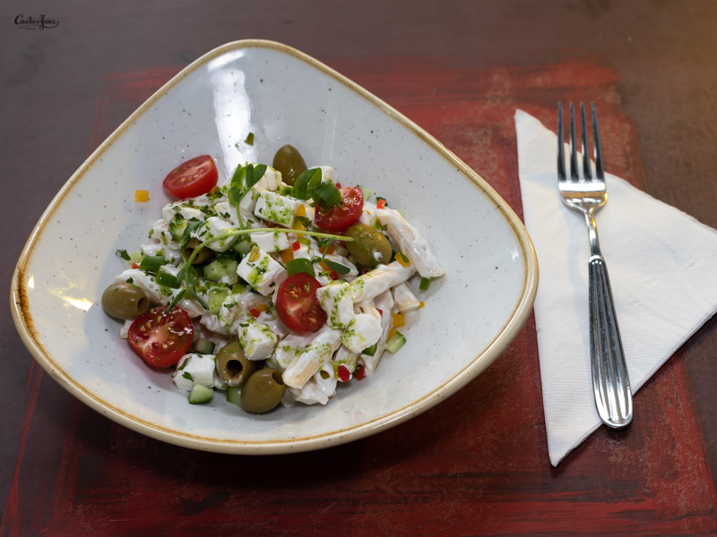 Görög tésztasaláta joghurttal, fetával és olivabogyóval