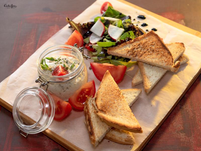 Erdélyi padlizsánkrém salátalevelekkel és pirítóssal