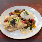 Csirkemell steak jázminrizzsel és grill zöldségekkel cheddar mártásban