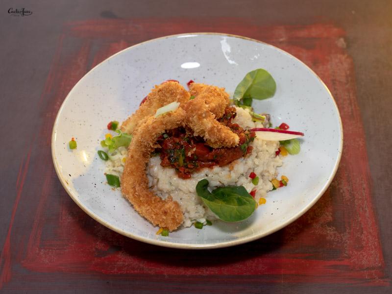 Roppanós bundában sült csirkemell paradicsomos salsával, rókagomba rizottóval